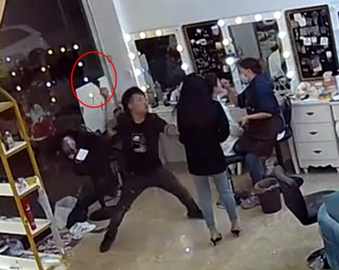 Chinese philanderer attacked the girl with a knife