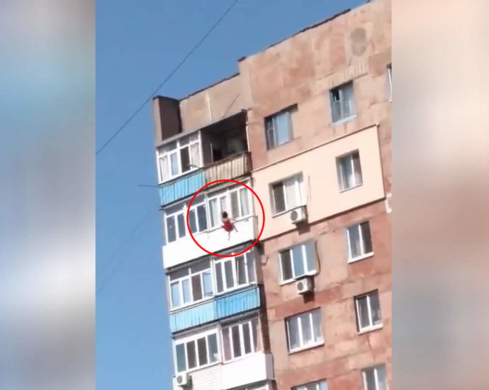 The woman fell from the balcony. Video