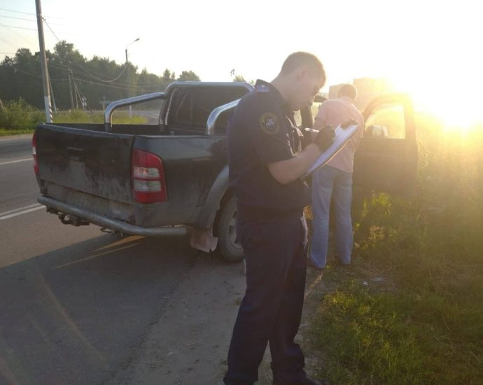 Pickup with 2 corpses