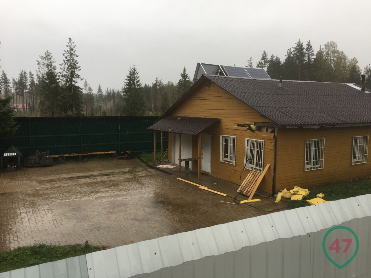 View of the courtyard and the house. Next to the dog booth